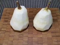 1 - Mettre le four à préchauffer th 6,5 (200°). Peler les 2 poires en conservant les queues. Les choisir mûres et à chair tendre et fondante.  Les retourner et les évider depuis la base à l'aide d'une cuillère parisienne. Les placer retournées dans des gobelets pour faciliter le remplissage. Garnir l'intérieur d'un peu de caramel au beurre salé liquide, puis de pralin aux noisettes, puis du caramel à nouveau et finir par une couche de pralin.