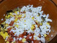 3 - Mettre le four à préchauffer th 6,5 (200°). Découper les olives noires en petits morceaux. Dans un récipient, mettre les aubergines/échalotes cuites, rajouter la tomate aillée, Couper l'oeuf dur en deux, émietter le jaune et tailler le blanc en petits dés, incorporer à l'ensemble. Concasser les noix de cajou assez grossièrement pour garder du croquant et rajouter à la préparation. Mélanger bien le tout,  pimenter légèrement et rectifier l'assaisonnement si besoin.