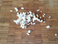 1 - Mettre les pommes de terre à cuire dans une casserole d'eau salée. Pendant ce temps, retirer le gras et la couenne du jambon, le découper en dés. Détailler en petits morceaux le chorizo ainsi que le fromage. Laver et ciseler persil et ciboulette. Eplucher, dégermer et émincer l'ail. Réserver tous ces éléments.