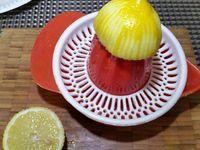 2 - Rajouter 3 cuil. à soupe de jus de citron, les baies roses concassées, 1 pincée de paprika, sel, poivre et 20 cl de crème fraîche. Mixer le tout et réserver dans un bol.