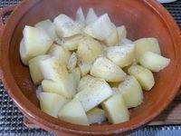 2 - Mettre le four à préchauffer th 6,5 (200°). Séparer les jaunes et les blancs des oeufs. Monter les blancs en neige bien ferme au batteur. Une fois cuites, égoutter les pommes de terre, poivrer, saler et les écraser. Incorporer successivement la crème fraîche, les jaunes d'oeufs, mélanger, puis intégrer les blancs d'oeufs délicatement en 3 fois. Rajouter les herbes ciselées, l'ail.Terminer en incorporant 20 gr beurre fondu, les dés de tomate, olives noires et fromage.
