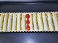 4 - Bien beurrer un moule à tarte rectangulaire à fond amovible. Couper en 2 quelques tomates cerises et préparer les asperges blanches et vertes. Verser la préparation dans le moule. Disposer dessus en les alternant les asperges blanches et vertes et des moitiés de tomates cerises. Mettre à cuire au four th 6 (180°) pour 30 à 35 mn.
