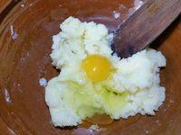 2 - Mettre votre four à préchauffer th 6 (180°). Ecraser le beurre à la fourchette pour le réduire en pommade. L'incorporer au sucre dans une jatte, ajouter les oeufs entiers un par un et mélanger à chaque fois.