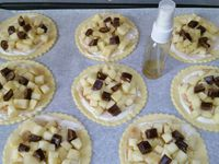 2 - Mettre votre four à préchauffer th 6 (180°). Etaler la pâte feuilletée et prélever des disques avec un emporte-pièces dentelé, les placer sur une plaque allant au four recouverte de papier sulfurisé. Piquer la pâte à la fourchette, étaler une couche fine de crème fraîche jusqu'à 1 cm environ des bords, saupoudrer du mélange sucre-cannelle, disposer ensuite sur les disques les dés de pomme, puis les éclats de Carambar. Finir en vaporisant un peu de rhum ambré (facultatif) sur toutes les pièces et enfourner le tout th 6 (180°) pour 15 mn environ en surveillant. La pâte doit être gonflée et dorée, les pommes fondantes et le Carambar fondu.