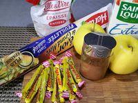 1 - Peler les pommes, ôter le trognon et les détailler en petits dés. Couper les Carambar en petits morceaux. Mélanger le sucre et la cannelle.