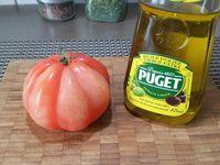 1 - Mettre les pommes de terre à cuire dans une casserole d'eau bouillante. Peler et émincer l'oignon rouge. Découper les tranches de lard fumé en 2. Tailler la tomate en rondelles.