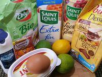 1 - Mettre le four à préchauffer th 5/6 (160°). Mélanger farine, sel et levure dans un récipient. Séparer le jaune et le blanc d'oeuf, et réserver la moitié du blanc pour réaliser le glaçage. Ecraser à la fourchette le beurre pour en faire une pommade et le mélanger avec le sucre.