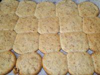 3 - Pendant la cuisson des biscuits, préparer le glaçage en mélangeant le zeste d'1/2 citron vert au sucre glace,puis y verser la moitié du blanc d'oeuf préalablement réservée. Bien mélanger jusqu'à obtenir une consistance de nappage. Laisser refroidir les biscuits sur une grille et les napper avec le glaçage. Vos biscuits pralinoise aux deux citrons sont prêts à être dégustés !
