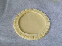 3 - Mettre le four à préchauffer th 6,5 (200°). Découper 6 disques dans la pâte à l'aide d'un emporte pièce rond. Utiliser le reste de la pâte pour réaliser des bandes de 1 cm de largeur environ. Tailler les bords avec la pointe d'un couteau, déposer les bandes de pâte sur les disques en formant un cercle. Ecraser un peu l'intérieur de la bande à la fourchette et piquer les fonds des tartelettes.