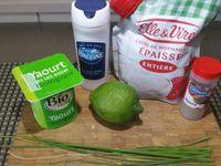3 - Pendant la cuisson au four, préparer une petite sauce d'accompagnement, ici avec un mélange de yaourt et de 20 cl de crème fraîche épaisse, le jus d'1/2 citron vert, quelques brins de ciboulette hachée, du sel et du poivre.