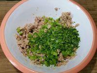 2 - Laver et essuyer le persil et la branche de céleri, détailler cette dernière en petite brunoise et hacher finement le persil. Egoutter le thon et l'émietter dans un bol. Rajouter successivement le céleri, le persil, les olives noires taillées en petits morceaux, et 1 cuil.à soupe de câpres. Bien mélanger et assaisonner avec sel et poivre suivant vos goûts. Découper les piquillos égrainés en fines lanières et regrouper tous vos préparations sur votre plan de travail.
