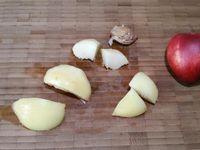 2 - Mettre le four à préchauffer th 6,5 (200°). Laver et équeuter les fraises. Bien laver les abricots, retirer le noyau et les couper en morceaux. Peler les nectarines blanches, ôter le noyau et couper également. Peler le kiwi et le couper en quartiers. Prendre des grandes piques en bois, adapter leur longueur en coupant un bout si elles sont trop grandes, et y enfiler les fruits en les alternant suivant votre inspiration.