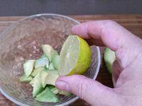 1 - Couper en deux dans le sens horizontal, épépiner et évider complètement les tomates. Peler l'avocat, le couper en morceaux, presser le jus d'un citron pour éviter que l'avocat ne noircisse et l'écraser à la fourchette pour obtenir une purée, assaisonner et réserver. Ciseler le basilic lavé et séché. Mettre à fondre sur feu doux dans une casserole la mozzarella avec la crème fraîche liquide. Lorsque le mélange est fondu, retirer du feu, assaisonner et rajouter le basilic ciselé.