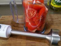 1 - Mettre l'oeuf à cuire pour 9 mn. Laver, sécher les tomates et les couper en quartiers. Les mixer au mixeur plongeant. Passer le jus obtenu à la passoire pour ôter les pépins et les peaux. Couper le pain en morceaux et les ajouter dans la tomate. Laisser reposer au réfrigérateur pendant 30 mn.