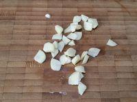 2 - Peler et dégermer la gousse d'ail et la couper en morceaux. Ecaler l'oeuf dur, retirer le jaune (réserver) et couper le blanc en petits dés. Tailler le jambon en petits bâtonnets. Sortir la tomate et le pain du réfrigérateur, le pain doit être ramolli et imbibé, ajouter 1 cuil. à café de sel, puis l'ail et mixer le tout au mixeur plongeant.