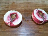 1 - Bien laver, peler (sauf les raisins et la nectarine), ôter les noyaux et découper les fruits comme sur les photos ci-dessus.