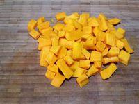1 - Laver, sécher le potimarron. L'éplucher et le couper, ôter le centre (gaines et fibres) en peser 200 gr et le tailler en morceaux. Mettre à cuire dans une casserole d'eau bouillante pendant 15 à 20 mn jusqu'à ce qu'il soit cuit. Préparer 80 gr de beurre et 130 gr de chocolat et pralinoise.