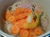 1 - Peler la carotte, la découper en rondelles. Peler l'oignon et le tailler en fines rondelles, émincer l'échalote finement. Réunir le tout dans une casserole avec le champagne, ajouter le zeste de citron, le thym, poivrer, saler et porter à ébullition. Laisser  frémir doucement pendant 20 mn.