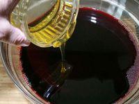 1 - Verser le vin dans un récipient, ajouter le miel et mélanger.