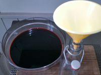 4 - Une fois le temps de macération écoulé, retirer le paquet d'épices du vin, puis le verser à l'aide d'un entonnoir dans des bouteilles de votre choix. Placer des étiquettes sur  vos bouteilles et consommer l'hypocras avec modération, soit en apéritif ou comme un vin chaud.