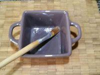 2 - Mettre le four à préchauffer th 6 (180°). Peler les pommes, les couper en dés. Verser dans un récipient le caramel au beurre salé et ajouter les pommes coupées en mélangeant bien pour qu'elles soient bien imprégnées de caramel. Beurrer des moules allant au four, y disposer une couche de pommes, recouvrir en versant la pâte sans aller jusqu'au bord des moules car la préparation va gonfler à la cuisson. Poser les moules sur une plaque allant au four et mettre à cuire pour 25 à 30 mn th 6 (180°).