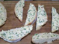 4 - Récupérer le chapeau du pain de campagne, le trancher en lamelles, les tartiner du beurre d'ail aux herbes et épices précédemment préparé, couper en croûtons et passer au grill du four.