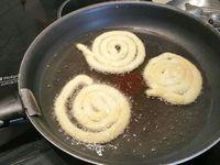 3 - Placer la pâte dans une poche munie d'une douille. Verser un fond d'huile d'arachide dans une poêle, lorsqu'elle est bien chaude, réaliser des spirales de pommes de terre avec la pâte avec la poche à douille directement dans la poêle. Laisser dorer et retourner sur l'autre face pour que vos spirales soient bien cuites et croustillantes. Egoutter et placer sur du papier absorbant pour retirer l'excédent d'huile et disposer sur une assiette de service pour déguster à l'apéritif avec les sauces de votre choix (ici mayonnaise et ketchup piquant).