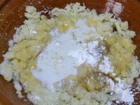 2 - Ecraser les pommes de terre pour en faire une purée. Laisser refroidir un peu et incorporer successivement : l'oeuf battu, la maïzena, le poivre et le sel, le lait, le parmesan et bien mélanger le tout pour obtenir une pâte homogène. Rectifier l'assaisonement si besoin.