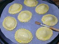 2 - Etaler la pâte feuilletée, la découper avec un emporte-pièces ovale de façon à obtenir 16 pièces de pâte. Déposer sur 8 disques de pâte les gambas pré-cuites, déposer dessus une belle noisette de beurre d'herbes et salicorne (voir lien ci-dessous pour la recette du beurre). Recouvrir des 8 dernières pièces de pâte. Bien souder les bords avec un peu d'eau et réaliser sur ces bords une petite décoration avec le dos d'un couteau. Dorer les mini-tourtes à l'oeuf battu à l'aide d'un pinceau. Parsemer de graines de pavot et sésame. Enfourner th 6 pour 12 à 15 mn environ en surveillant. La pâte doit être dorée et gonflée.