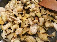 2 - Peler et dégermer l'ail, le hacher, ainsi que l'oignon pelé. Les faire revenir à la poêle dans un filet d'huile d'olive quelques minutes sans faire griller. Rajouter les morceaux de pâtisson et les aubergines, laisser revenir un peu puis incorporer les épices : curcuma, paprika doux, sel et poivre. Mouiller avec un peu d'eau, couvrir et laisser cuire à feu doux.