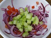 4 - Préparer la salsa criolla revisitée : un accompagnement frais à base d'oignon rouge émincé en fines lamelles , de dés de tomate, assaisonner du jus d'un petit citron vert, ajouter des cubes de concombre et des petits morceaux d'aji entier (piment jaune - facultatif si vous n'aimez pas trop épicé). Faire revenir à la poêle dans un filet d'huile d'arachide les pommes de terre farcies reconstituées et farinées quelques minutes sur les deux faces pour qu'elles prennent une jolie coloration dorée. Servir chaud décoré de feuilles de persil plat et accompagné de la salsa criolla.