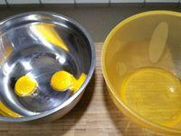 1 - Séparer les jaunes des blancs d'oeufs. Mélanger les jaunes avec le sucre en poudre, la farine et le fromage blanc. Ajouter le lemon curd et bien mélanger pour obtenir une préparation homogène.