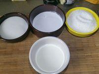 1 - Etaler la pâte sablée dans un moule à tarte, piquer le fond à la fourchette et mettre au réfrigérateur. Mettre le four à préchauffer th 6 (180°). Casser les oeufs dans un saladier, ajouter le sucre et le sucre vanillé. Fouetter au batteur électrique jusqu'à obtenir un mélange mousseux. Incorporer la crème de coco et la crème liquide, mélanger à nouveau au batteur. Rajouter la noix de coco râpée (en garder un peu pour la décoration finale).