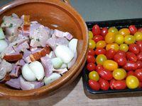 3 - Après macération réunir les différents éléments pour constituer des brochettes en prenant soin de bien conserver la marinade dans un bol. Huiler les piques en bois, alterner les morceaux de poulet, lard, l'oignon les tomates cerises. Placer les brochettes sur une plaque recouverte de papier aluminium. Bien les badigeonner au pinceau avec la marinade d'agrume sur toutes les faces. Il ne reste plus qu'à les faire cuire au barbecue ou au grill du four, et à les déguster bien chaudes accompagnées de légumes grillés, de pommes de terre en robe des champs, ou tout autre accompagnement ou salade composée de votre choix.