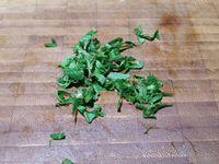 2 - Laver et ciseler les feuilles d'origan, ajouter à la viande, assaisonner avec le sel, le poivre et le piment d'Espelette. Presser la minéola (ou l'orange) pour en extraire le jus. Verser les 10 cl sur le mélange poulet-lard-oignons, remuer délicatement. Placer toute la préparation dans un sac de congélation, fermer et placer au réfrigérateur pour laisser macérer 2 heures minimum.