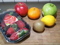 1 - Bien laver et sécher les fruits (en prendre des bio si possible). Presser le jus d'une moitié de citron dans un bol. Découper les pommes comme sur les photos et badigeonner légèrement la chair des tranches au pinceau avec le jus de citron afin d'éviter qu'elles noircissent. Placer les sur un plateau de présentation en décalant les tranches en forme de flèche peau vers le dessus. Couper l'orange en 2 en forme de fleur. En poser une moitié au centre du plateau.