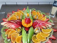 2 - Disposer ensuite, dans les espaces entre les pommes, les fraises entières, ou coupées en lamelles, les rondelles de kiwis et les demies tranches d'orange. Terminer en plaçant quelques physalis et en saupoudrant l'ensemble de zestes de combava moulus. Placer au frais et sortir un peu avant le moment de déguster et disposer le plateau avec les autres éléments sucrés et salés de votre buffet.