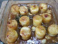 3 - Placer les pommes de terre dans un plat allant au four (ou les laisser dans la poêle si celle-ci supporte la cuisson au four). Verser le jus de cuisson et enfourner pour 30 à 40 mn th 7,5 (220°). Vérifier la bonne cuisson des pommes de terre avec la pointe d'un couteau, elles doivent être fondantes. Disposer dans un plat de service en nappant les pommes de terre d'un peu de sauce et en décorant de quelques brins de thym. Mettre le reste du jus dans une saucière et servir de suite en accompagnement d'une viande.