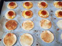 2 - Mettre le four en position grill. Couper des rondelles de chorizo. Râper le fromage et le parsemer sur la moitié des disques de pain de mie. Déposer une rondelle de chorizo sur le fromage râpé et enfourner pour 2 à 3 mn. Ressortir la plaque disposer les gambas sur chaque rondelle de chorizo, badigeonner à nouveau d'huile, recouvrir des disques de pain de mie restants. Parsemer à nouveau de fromage râpé et repasser sous le grill 2 à 3 mn.