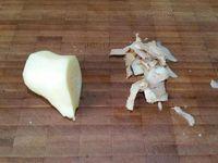 1 - Couper le poulet en morceaux. Laver, sécher, épépiner les tomates et les tailler en dés. Peler le gingembre et le couper en petits dés. Peler, dégermer l'ail et tailler en petits morceaux. Piler ail et gingembre dans un mortier. Hacher l'oignon. Faire chauffer l'huile dans une grande poêle et y faire revenir les morceaux de poulet lorsque l'huile est bien chaude. Laisser bien colorer.