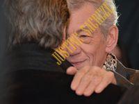Monsieur Ian McKellen semble avoir retrouvé un trés bon ami à lui ! Des larmes lui sont montées aux yeux ! Les retrouvailles ont été apparement trés émouvantes pour lui.