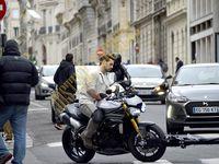 Tournage, moto...DODO !!! Si Tom Cruise aime foncer avec sa moto, Henry Cavill semble rêver de son lit ! Tombe pas, Superman !