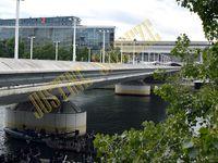 Une véritable fourmilière s'active sous le Pont Charles de Gaulle pour le tournage d'une scène !