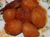 400 gr de sucre pour un kilo de prune, couvrir d'eau, cuire une heure, comme ce n'est pas une confiture c'est plus facile à manger, ici avec des prunes naines, il n'y pratiquement pas de noyau, et on en fait une bouchée.