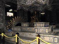 Zerschossene Kirche in der demilitarisierten Zone - Kitschiges Grab von Lang Khai Dinh - Romantisch angelegtes Grab von Tu Duc.