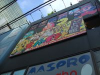 Un petit saut dans un magasin de cartes, puis arrivent les premières figurines, avant un saut au Super Potatoe, magasin dédié au jeu rétro (haaaa, des Famicom (la NES chez nous) qui marchent ! Des Super Famicom ! Et les jeux qui vont avec ! Aaaaaah !