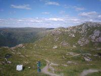 La tour vue d'encore plus près, puis un petit panorama de l'autre côté. Oui, parce que si on n'en a pas eu assez on peut toujours poursuivre la balade vers d'autres montagnes.