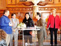 La réception à l'Hôtel de ville. Jordi Montllo, Laura Bosch et Gayraud d'Agnel reçoivent la médaille de la ville.