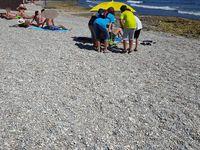 Les enfants sont allés au contact des personnes sur la plage pour leur distribuer des cendriers de plage et les sensibiliser à la durée de vie des déchets, en leur remettant aussi nos petites cartes avec leurs dessins...