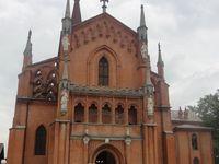 Pollenzo et son extraordinaire complexe néogothique Carlo-Albertino du XIXe s, l'église San Vittore et l'université de sciences gastronomiques